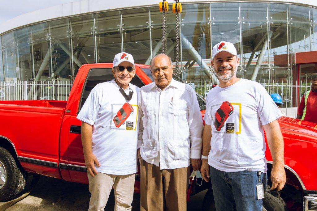 """Reinstalan """"Camioneta Roja"""" en edificio de Santo Domingo Motors"""